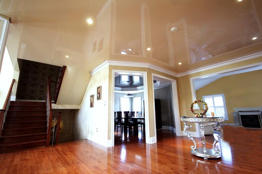 Универсальными цветами для глянцевых потолков являются бежевый, сиреневый, белый и кремовый