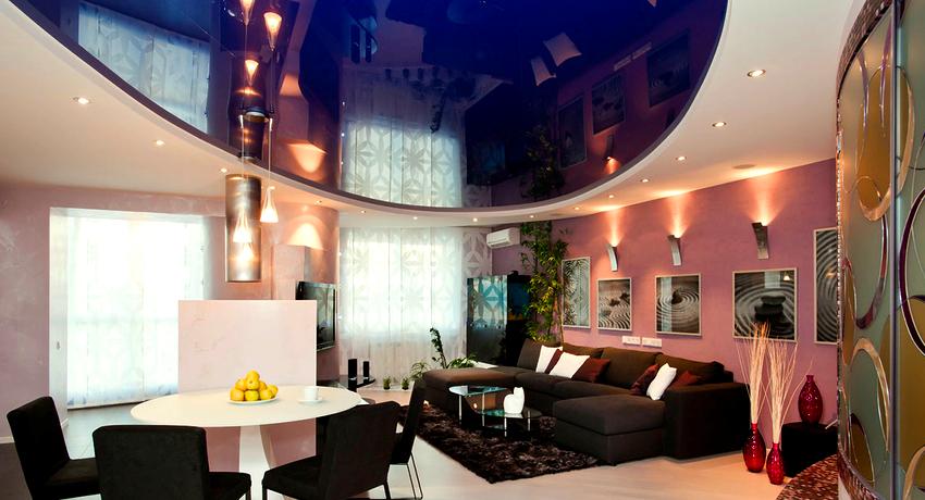 Натяжной потолок глянцевый: зеркальный блеск и дополнительный объем в комнате