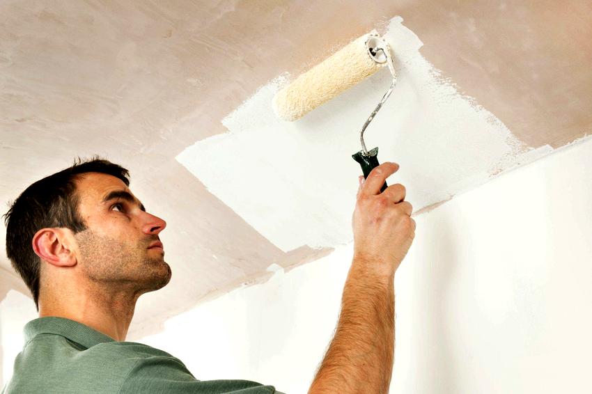 Помимо натяжного потолка, эффект глянца можно получить и при помощи специальной краски
