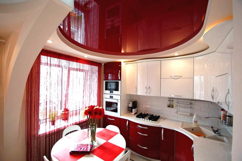 Благодаря такому свойству как расширение пространства, глянцевый потолок допустимо использовать в любом помещении, даже самом маленьком