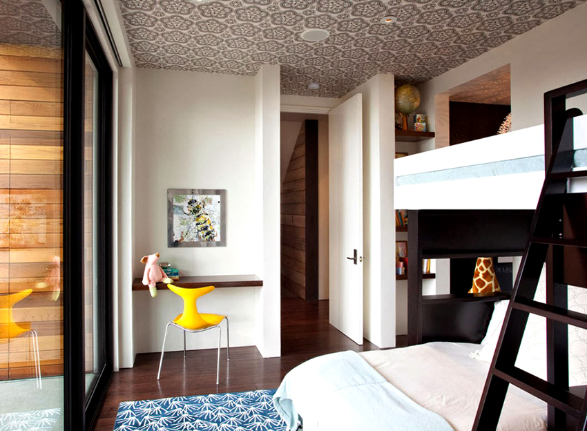 Благодаря рисункам на полотне можно сделать потолок акцентной деталью комнаты