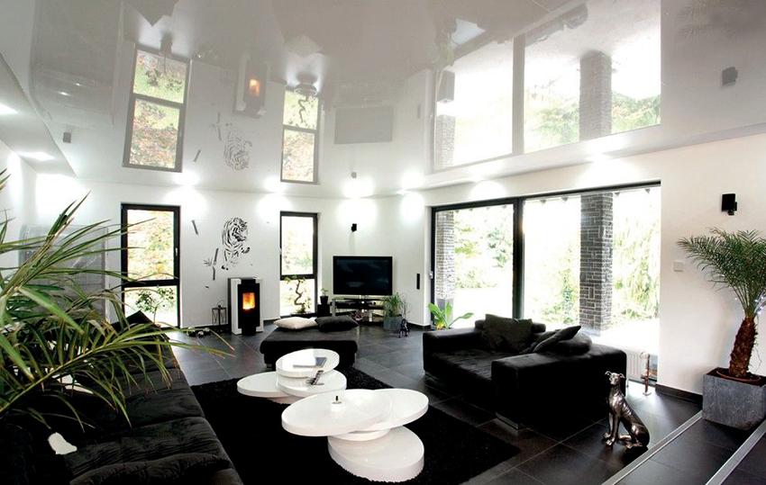 Глянцевый потолок – отличное решение, если хочется расширить комнату по высоте
