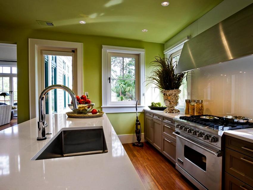 Для кухни не рекомендуются глянцевые потолки, так как на них лучше видны загрязнения, которых не избежать