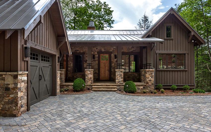 Деревенские дома из бруса характеризуются экологичностью, прочностью и хорошим теплосбережением