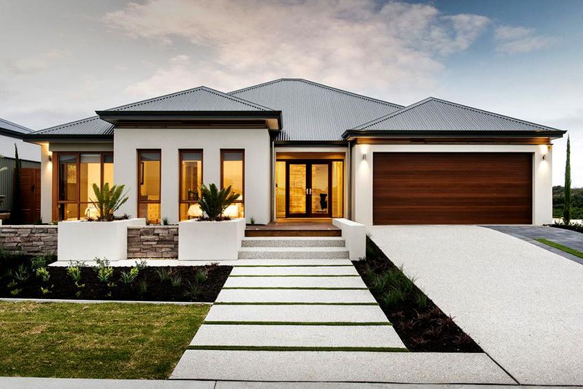 Самые удобные варианты одноэтажных домов имеют цокольный этаж или мансарду