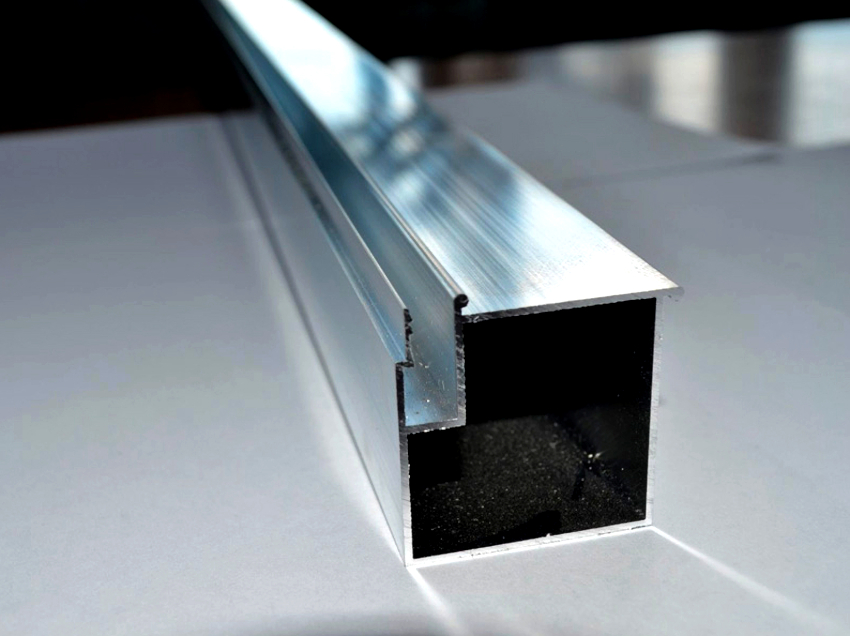 Алюминиевый потолочный профиль имеет длину 2,5 метра