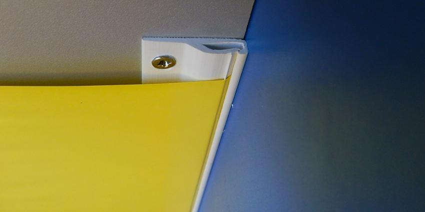 Благодаря специальной форме профиля удается завести и натянуть полотно по всему периметру комнаты