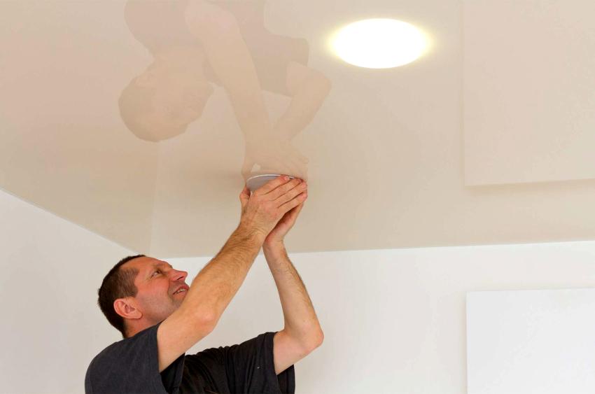 Установку светильников лучше выполнять одновременно с монтированием потолка