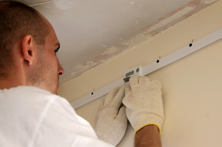 При фиксировании к стене профиля ПВХ саморезами, от него могут откалываться кусочки пластика