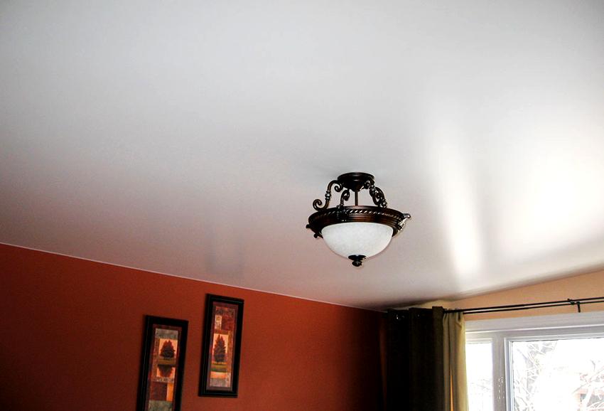 Внешне сатиновый потолок напоминает натуральную ткань