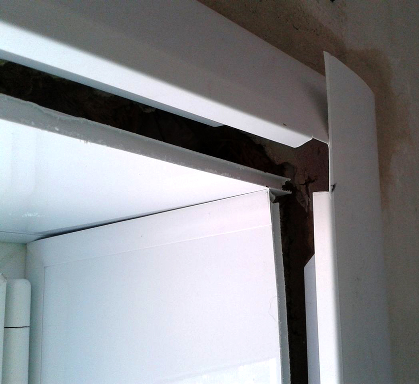 Пластиковые панели крепятся при помощи жидких гвоздей, а соединения обрабатываются герметиком