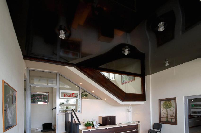 Черные, фиолетовые, белые и синие натяжные потолки делают комнату визуально больше