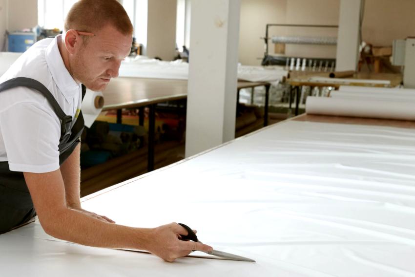 Используя полученные размеры комнаты, в цехе производится раскрой полотна