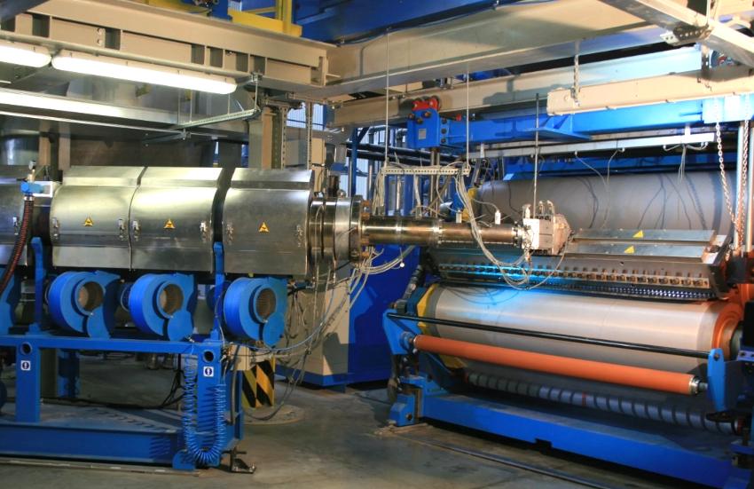 Для получения ПВХ-пленки, предназначенной для изготовления полотна, однородная пластичная масса раскатывается на специальном оборудовании