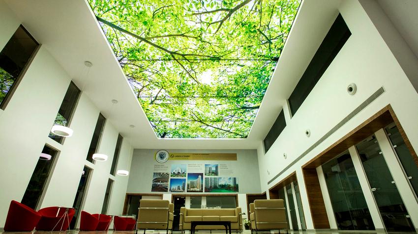 При оформлении помещений с использованием нетривиальных идей дизайнеры рекомендуют выбирать натяжные потолки с фотопечатью