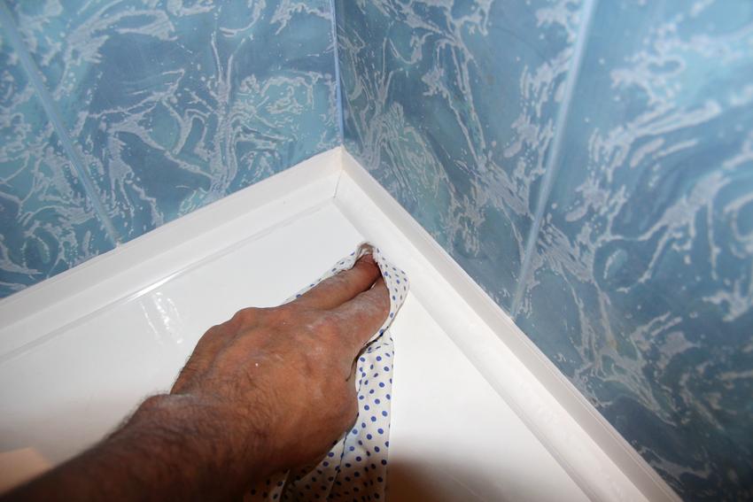 Клеить бордюр нужно к плоскости стены, нижнюю же часть следует максимально плотно прижать к поверхности ванны