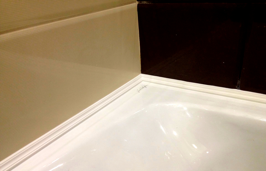 Пластиковые уголки для ванной изготавливаются на основе поливинилхлорида