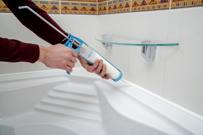 Чтобы избежать проблемы появление неприятного запаха из-под бортика, перед его установкой рекомендуется заполнить зазор герметиком