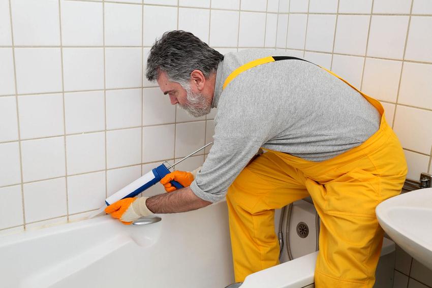 В большинстве случаев плинтусы для ванн устанавливают с помощью силиконового герметика