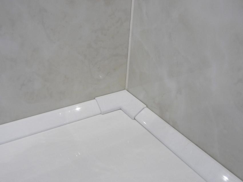 Установку плиточного бордюра на ванну следует начинать от угла