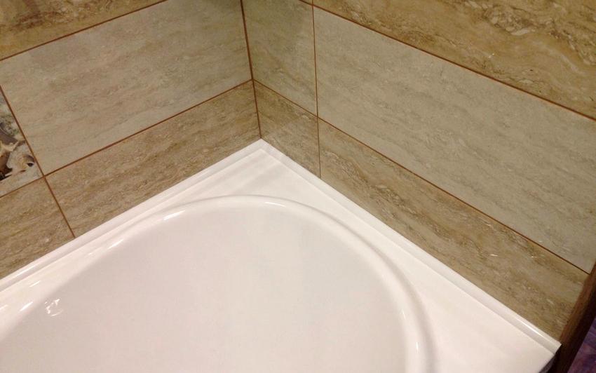 Бордюр для ванной способен устранить щель шириной до 6 см