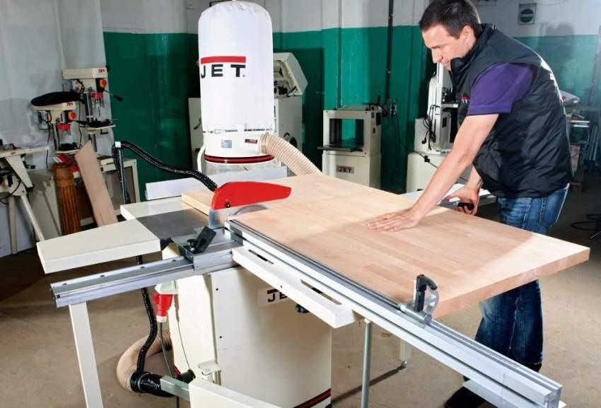 К верхней части подставки нужно прикрепить столешницу, которая будет выполнять роль станины