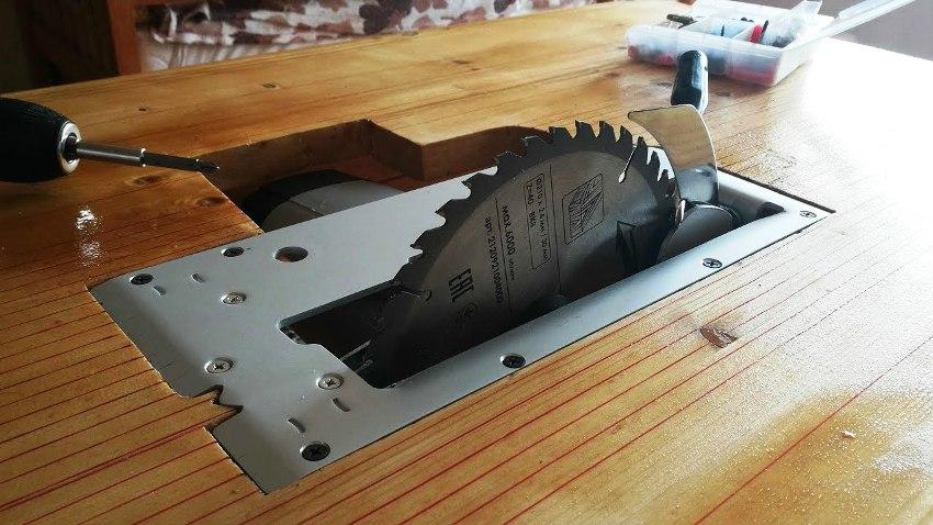 Поверхность стола необходимо сделать ровной, для более качественного изделия на выходе