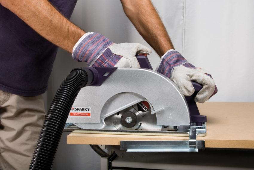 Ручной циркуляркой выполняются прямые разрезы на древесных материалах, а также на мягком и тонком металле