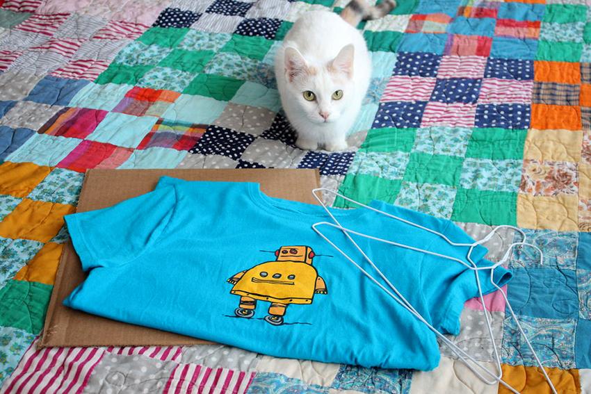 Домик можно сделать из ненужной футболки, картона или готовой коробки