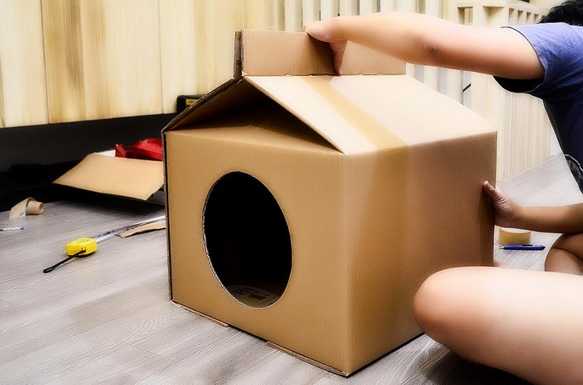 Из коробки или картона можно сделать как простой домик, так и более сложный