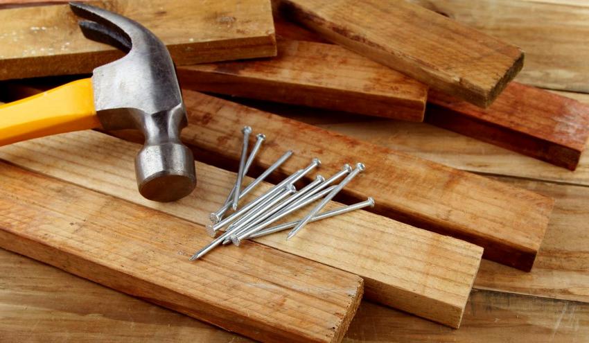Для крепления деревянных деталей используют грозди и саморезы, которые в дальнейшем прикрываются обивкой