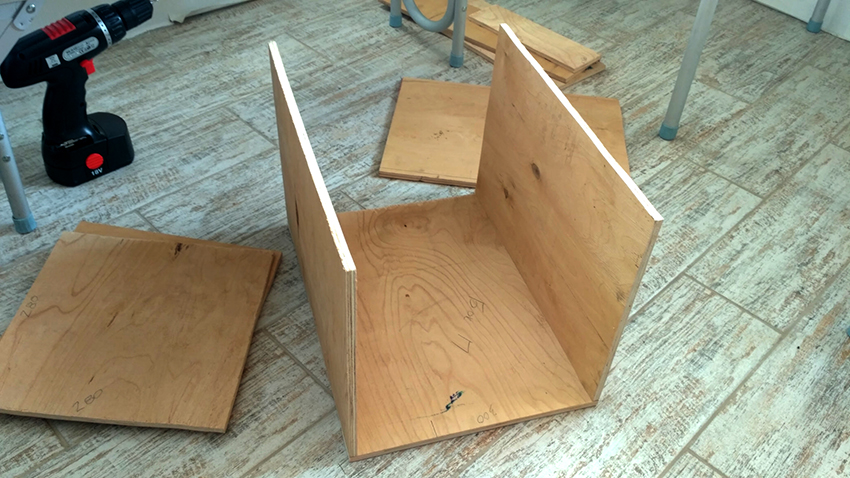 После того как чертеж и материалы подготовлены, можно приступать к созданию домика