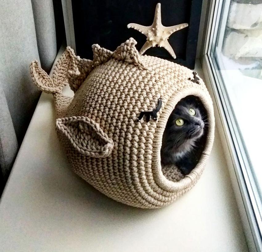 Декорировать дом можно как подскажет фантазия, главное, чтобы все детали были безопасны для животного