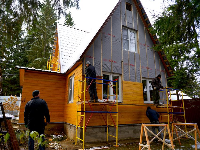 Монтаж фасадного планкена выполняется на обрешетку из брусьев