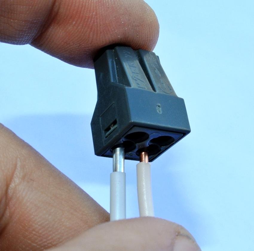 Клеммник для соединения алюминиевых и медных проводов может оснащаться как зажимным, так и болтовым механизмом