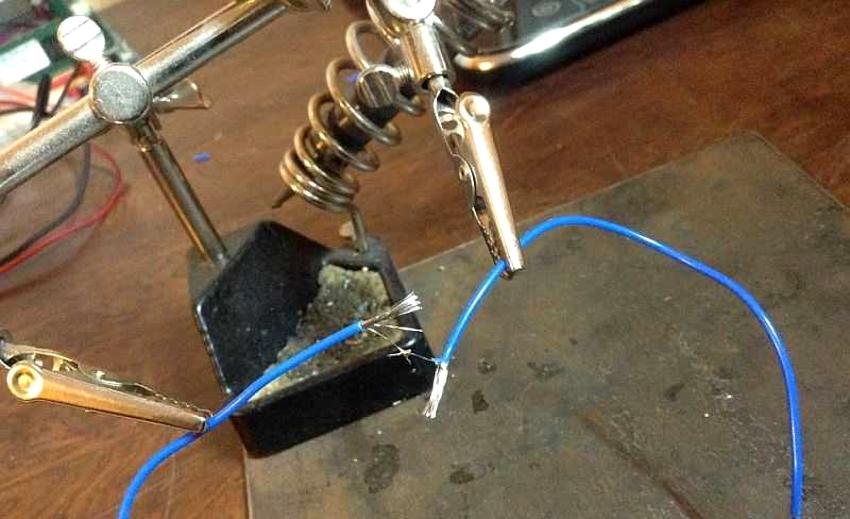 Осуществлять паяние алюминиевых проводов можно с помощью газовой горелки или паяльника
