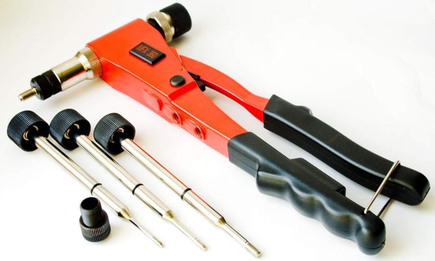 С помощью заклепочника можно произвести не только неразъемные соединения тонкостенных элементов, но и надежно соединить электропровода