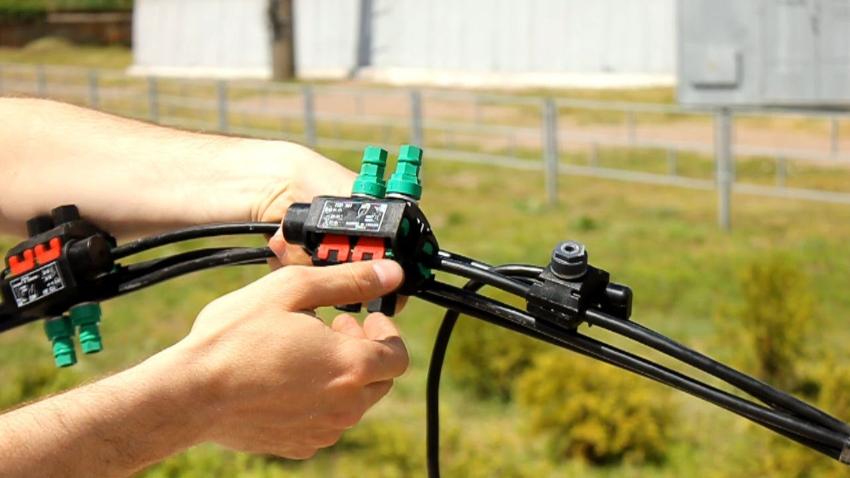 Для соединения проводов с линией электропередач рекомендуется использовать штатный прокалывающий зажим