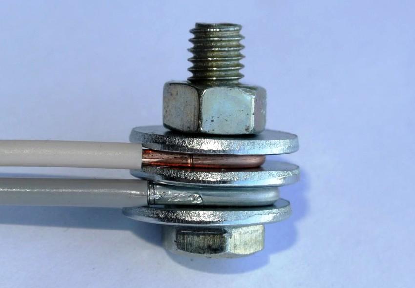Соединение проводов болтовым способом представляет собой наиболее надежное решение
