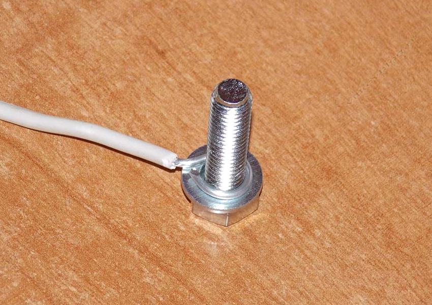 Перед соединением проводов резьбовым способом нужно провести зачистку до блеска металла и сформировать кольца