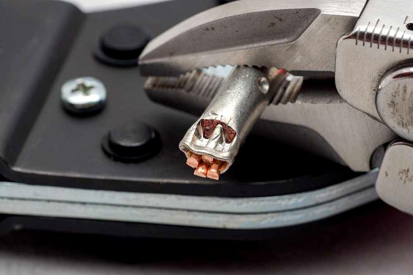 Надежное соединение алюминиевых проводов с медными можно получить используя метод опрессовки с применением гильз