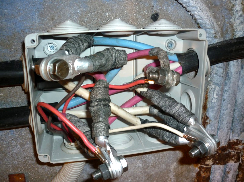 Соединение алюминиевых и медных проводов болтовым способом можно осуществлять даже в распределительных коробках