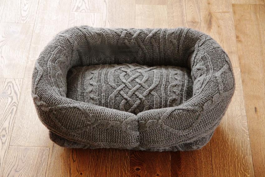 Рукава свитера соединяются в кольцо таким образом, чтобы не образовывались складки