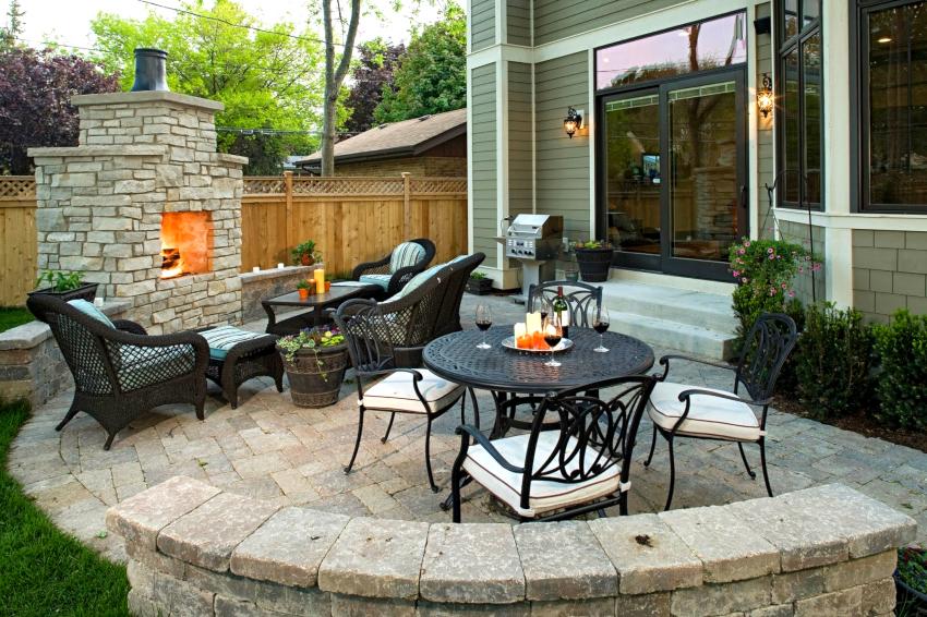 Площадку мангальной зоны можно покрыть остатками строительных материалов: битым кирпичом, тротуарной плиткой, натуральным камнем