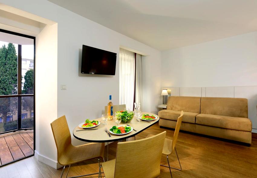 Наиболее подходящим вариантом дизайнерского оформления комнаты в надстройке является минимализм
