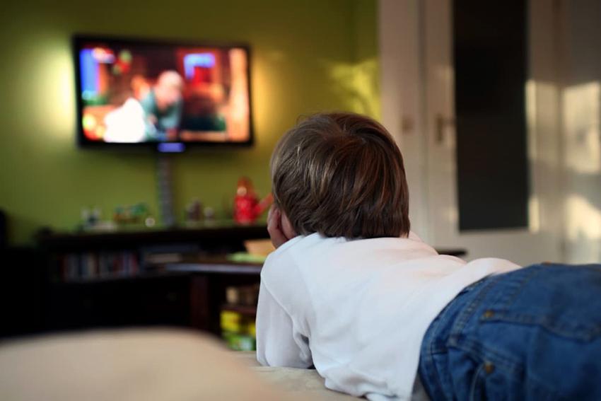 Устанавливая телевизор в детской нужно учитывать, что ребенок будет его смотреть в разных позициях
