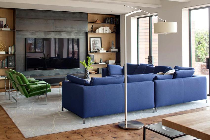 Чаще всего телевизор в зале располагаю напротив кресел или дивана