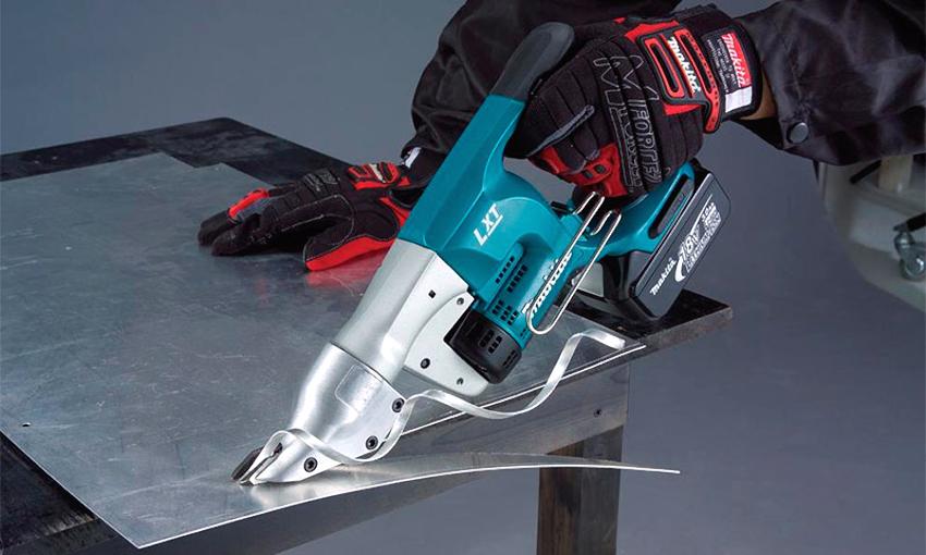 С виду электрические ножницы по металлу напоминают болгарку