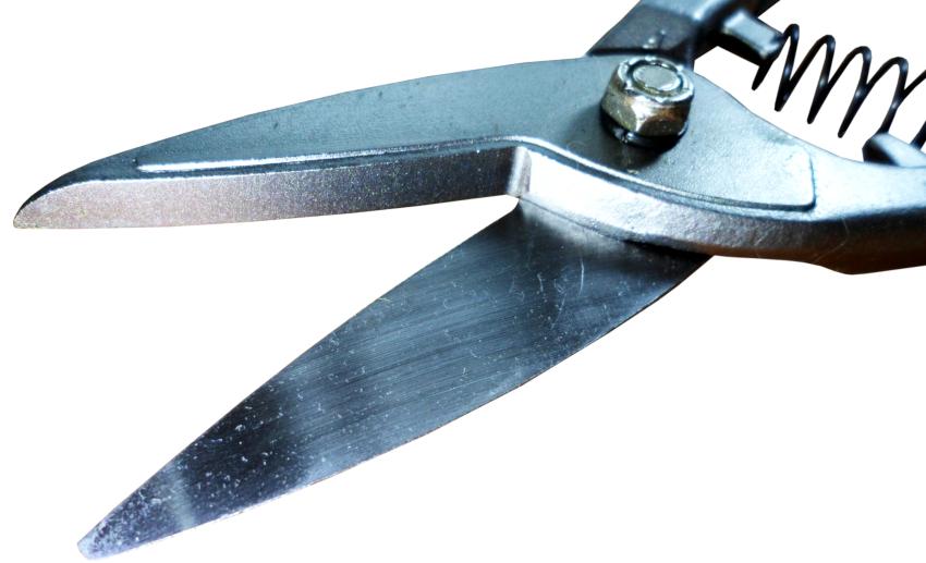 Лезвия ручных ножниц по металлу могут быть как с гладким, так и зубчатым краем