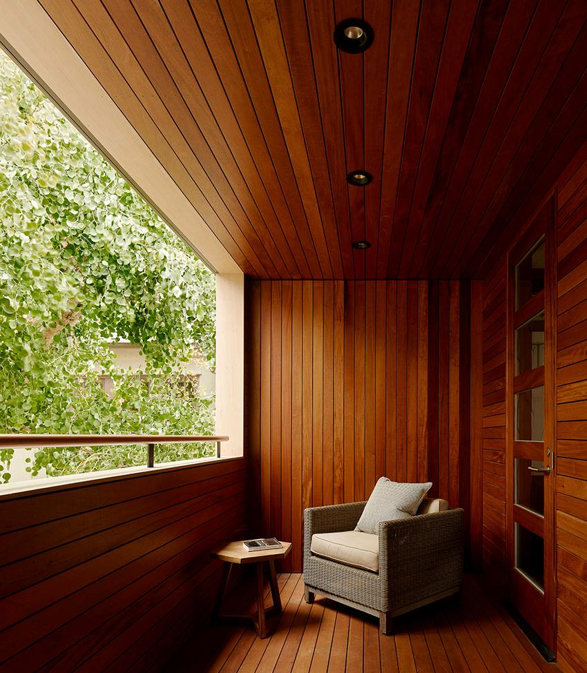Деревянная вагонка на балконе смотрится красиво и презентабельно